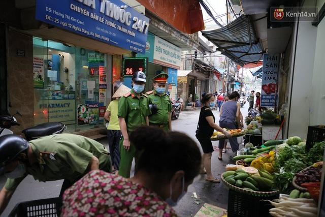 Hà Nội: Lực lượng chức năng ra quân tuyên truyền người dân dừng bán bia hơi và chợ cóc để phòng dịch Covid-19 - Ảnh 9.