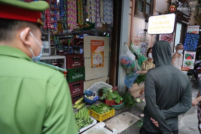 Hà Nội: Lực lượng chức năng ra quân tuyên truyền người dân dừng bán bia hơi và chợ cóc để phòng dịch Covid-19 - Ảnh 10.