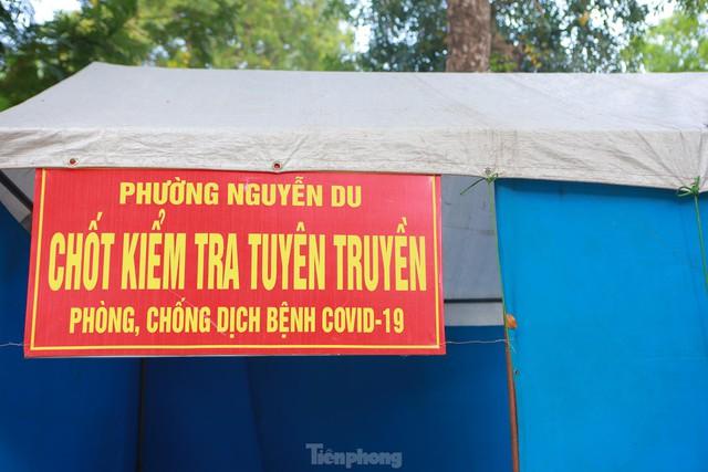 Hà Nội lập chốt ngăn người dân vượt rào tập thể dục ở công viên, vườn hoa - Ảnh 8.