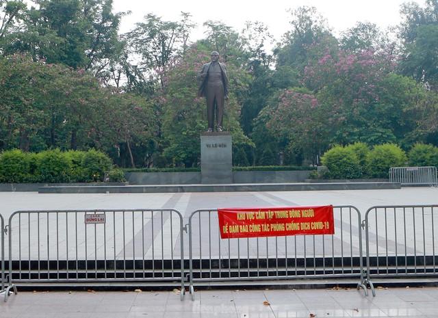 Hà Nội lập chốt ngăn người dân vượt rào tập thể dục ở công viên, vườn hoa - Ảnh 9.
