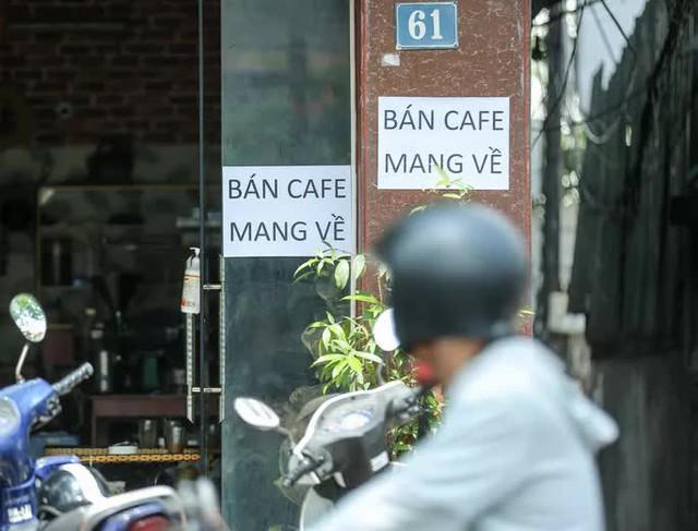 """Cận cảnh quán ăn, cà phê đồng loạt treo biển """"chỉ bán hàng mang về"""" - Ảnh 9."""