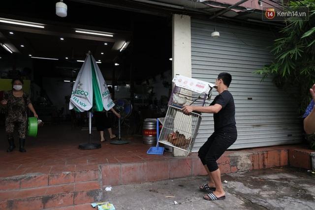 Hà Nội: Lực lượng chức năng ra quân tuyên truyền người dân dừng bán bia hơi và chợ cóc để phòng dịch Covid-19 - Ảnh 12.