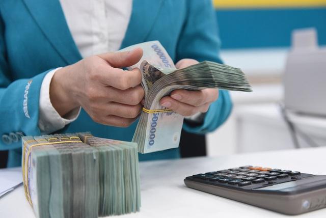 Lãi suất gửi thấp, tiền nhàn rỗi vẫn trở lại ngân hàng - Ảnh 1.