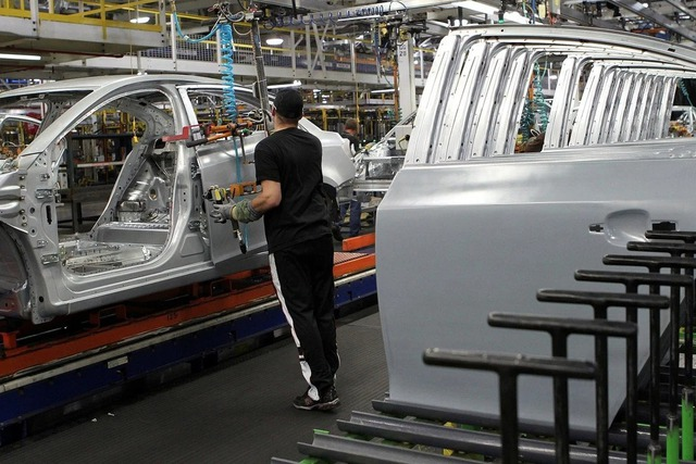 Cơn khát chip có thể thổi bay 110 tỷ USD của các nhà sản xuất ô tô - Ảnh 1.