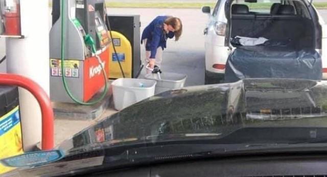 Người Mỹ vác túi nilon, thùng rác đi tích trữ xăng dầu - Ảnh 1.