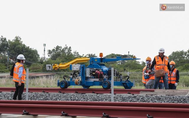 TP.HCM: Toàn cảnh lắp ráp đoàn tàu Metro số 1 nặng 37 tấn vào đường ray, sẵn sàng chạy thử - Ảnh 2.