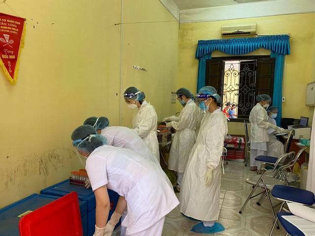 Nhân viên y tế căng mình trong nắng nóng xét nghiệm hơn 80.000 công nhân ở Bắc Giang  - Ảnh 2.
