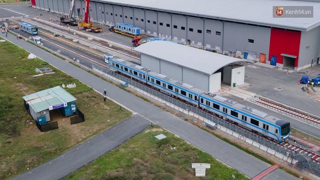 TP.HCM: Toàn cảnh lắp ráp đoàn tàu Metro số 1 nặng 37 tấn vào đường ray, sẵn sàng chạy thử - Ảnh 16.