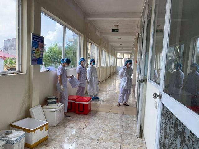 Nhân viên y tế căng mình trong nắng nóng xét nghiệm hơn 80.000 công nhân ở Bắc Giang  - Ảnh 3.