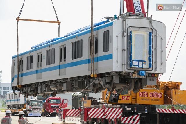 TP.HCM: Toàn cảnh lắp ráp đoàn tàu Metro số 1 nặng 37 tấn vào đường ray, sẵn sàng chạy thử - Ảnh 7.