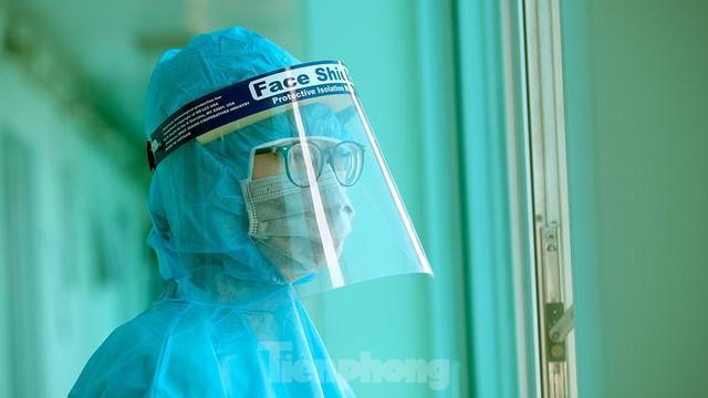 Thâm nhập khu vực cách ly đặc biệt của BV Thanh Nhàn sau khi xuất hiện ca mắc COVID-19  - Ảnh 12.