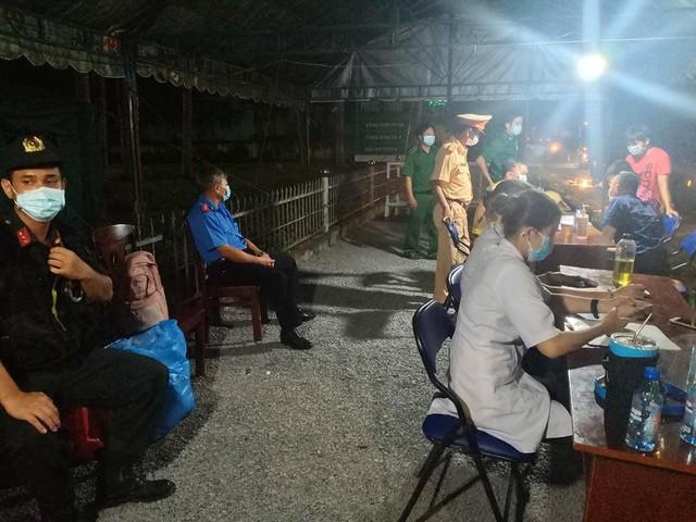 Cận cảnh 12 chốt kiểm dịch tại các cửa ngõ TPHCM ngày đầu hoạt động  - Ảnh 3.