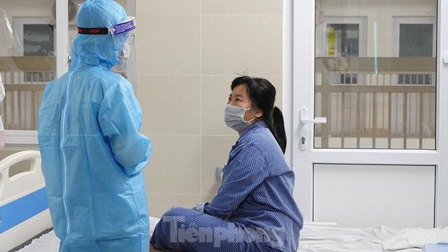 Thâm nhập khu vực cách ly đặc biệt của BV Thanh Nhàn sau khi xuất hiện ca mắc COVID-19  - Ảnh 10.