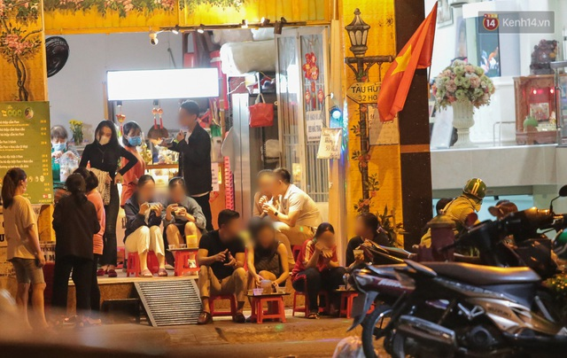 Cuối tuần, khách nhậu Sài Gòn ngồi chật kín quán, giới trẻ tụ tập tràn vỉa hè giữa dịch Covid-19 - Ảnh 2.