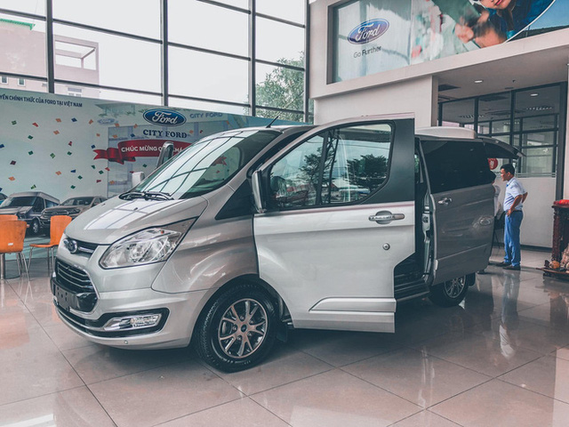Đại lý đua xả hàng Ford Tourneo giảm 100 triệu đồng: Sản xuất 2021, số lượng ít, đủ loại quà tặng kèm - Ảnh 1.