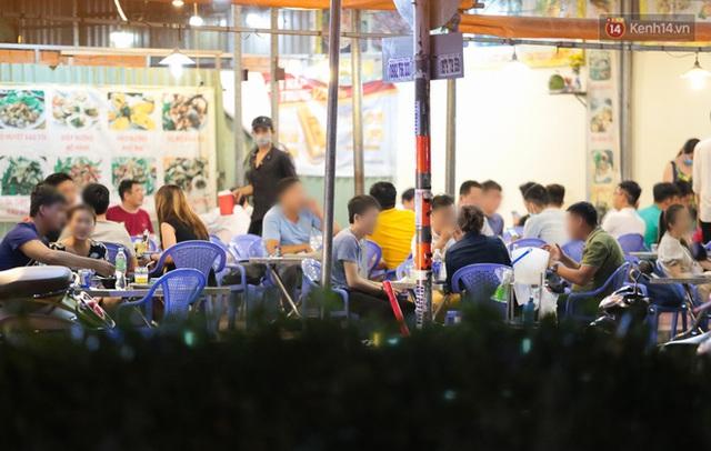 Cuối tuần, khách nhậu Sài Gòn ngồi chật kín quán, giới trẻ tụ tập tràn vỉa hè giữa dịch Covid-19 - Ảnh 13.