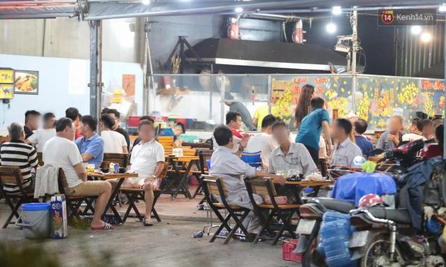 Cuối tuần, khách nhậu Sài Gòn ngồi chật kín quán, giới trẻ tụ tập tràn vỉa hè giữa dịch Covid-19 - Ảnh 14.