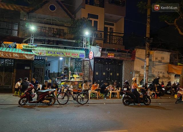 Cuối tuần, khách nhậu Sài Gòn ngồi chật kín quán, giới trẻ tụ tập tràn vỉa hè giữa dịch Covid-19 - Ảnh 3.