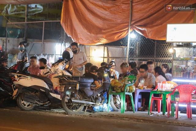 Cuối tuần, khách nhậu Sài Gòn ngồi chật kín quán, giới trẻ tụ tập tràn vỉa hè giữa dịch Covid-19 - Ảnh 5.