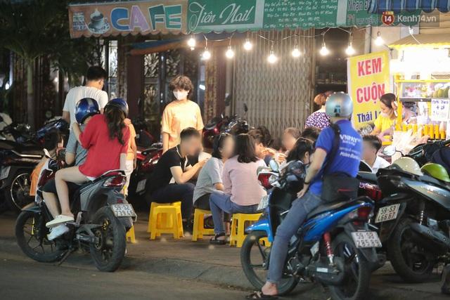 Cuối tuần, khách nhậu Sài Gòn ngồi chật kín quán, giới trẻ tụ tập tràn vỉa hè giữa dịch Covid-19 - Ảnh 6.