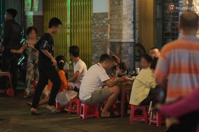Cuối tuần, khách nhậu Sài Gòn ngồi chật kín quán, giới trẻ tụ tập tràn vỉa hè giữa dịch Covid-19 - Ảnh 7.