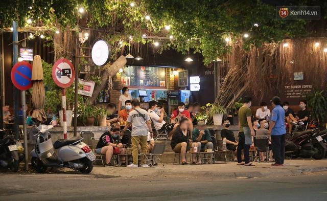Cuối tuần, khách nhậu Sài Gòn ngồi chật kín quán, giới trẻ tụ tập tràn vỉa hè giữa dịch Covid-19 - Ảnh 8.