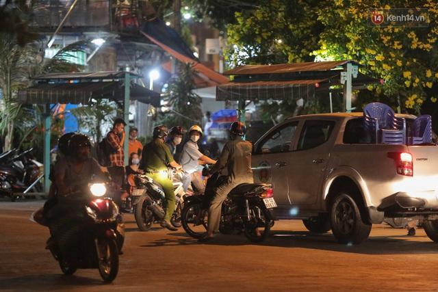 Cuối tuần, khách nhậu Sài Gòn ngồi chật kín quán, giới trẻ tụ tập tràn vỉa hè giữa dịch Covid-19 - Ảnh 9.