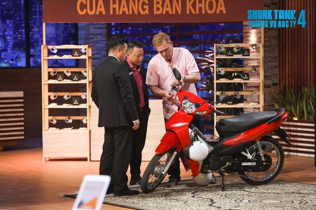 Không muốn vợ đẹp mặc váy ngắn phải cúi xuống khoá xe máy, ông Tây tạo ra khoá chống trộm Lock Cuff đã chốt deal 2 tỷ với Shark Phú - Ảnh 1.