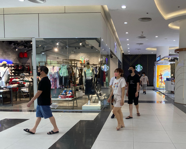Nhiều quán cà phê, siêu thị Hà Nội kín khách, không giữ khoảng cách - Ảnh 1.