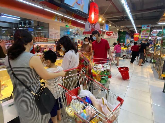 Nhiều quán cà phê, siêu thị Hà Nội kín khách, không giữ khoảng cách - Ảnh 2.