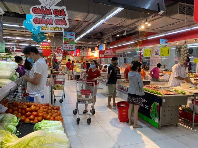 Nhiều quán cà phê, siêu thị Hà Nội kín khách, không giữ khoảng cách - Ảnh 3.