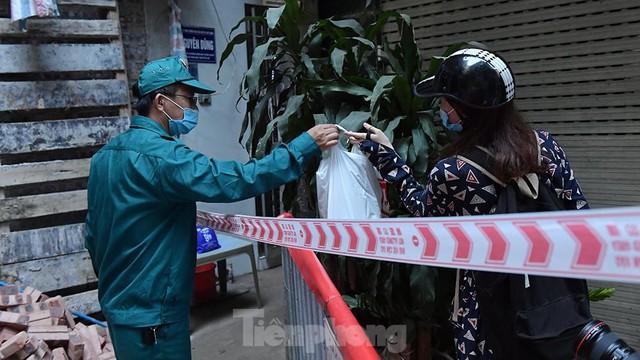 Hà Nội phong toả ngõ 212 Khương Đình có bệnh nhân mắc COVID-19  - Ảnh 3.