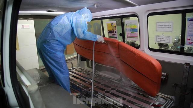 Quy trình khử khuẩn sau mỗi chuyến đưa đón bệnh nhân COVID-19  - Ảnh 4.