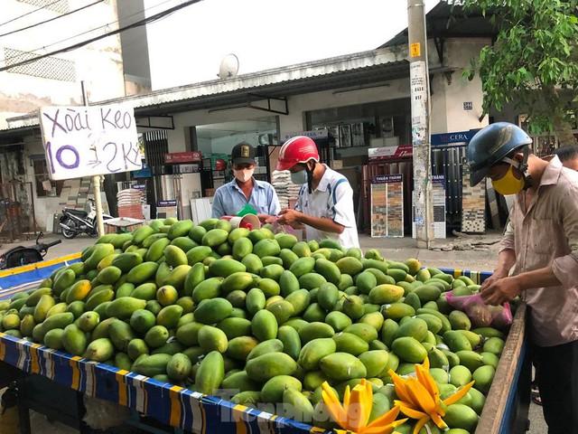 Trái cây đầu mùa giá rẻ chưa từng thấy - Ảnh 4.