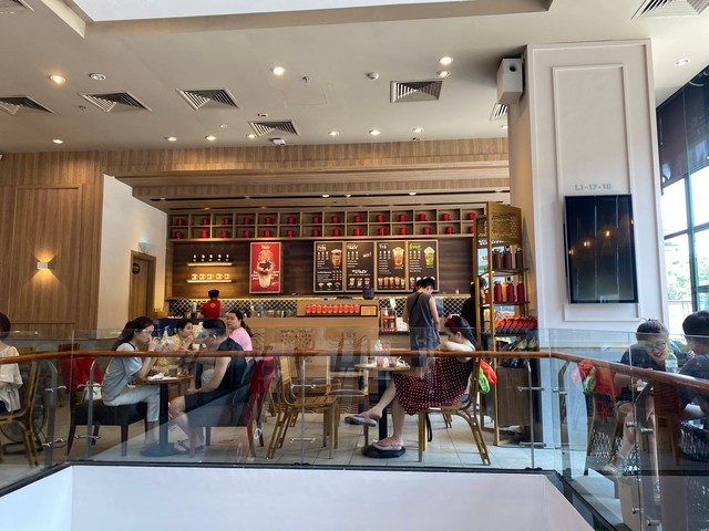 Nhiều quán cà phê, siêu thị Hà Nội kín khách, không giữ khoảng cách - Ảnh 5.
