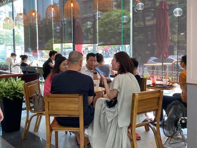Nhiều quán cà phê, siêu thị Hà Nội kín khách, không giữ khoảng cách - Ảnh 6.