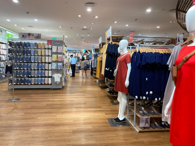 Nhiều quán cà phê, siêu thị Hà Nội kín khách, không giữ khoảng cách - Ảnh 7.