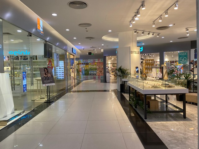 Nhiều quán cà phê, siêu thị Hà Nội kín khách, không giữ khoảng cách - Ảnh 8.