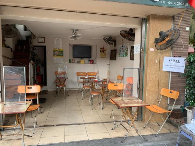 Nhiều quán cà phê, siêu thị Hà Nội kín khách, không giữ khoảng cách - Ảnh 10.