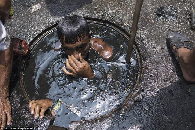 Bức ảnh hơn 600.000 like và câu chuyện ứa nước mắt về nghề bị cho là bẩn thỉu nhất thế giới: Vì miếng cơm manh áo, có chui xuống cống cũng cam lòng! - Ảnh 13.