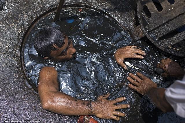 Bức ảnh hơn 600.000 like và câu chuyện ứa nước mắt về nghề bị cho là bẩn thỉu nhất thế giới: Vì miếng cơm manh áo, có chui xuống cống cũng cam lòng! - Ảnh 14.