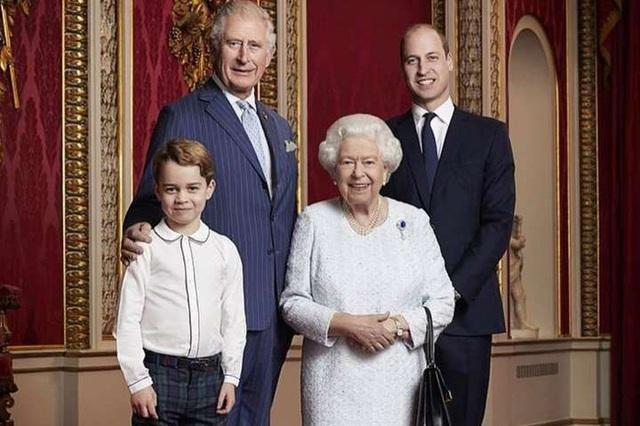 Bị con trai út Harry đâm nhát dao chí mạng, Thái tử Charles xuất hiện với chi tiết đầy ẩn ý sau lưng - Ảnh 2.