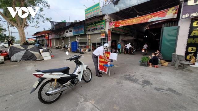 Người dân Bắc Ninh thực hiện đi chợ theo thẻ - Ảnh 3.