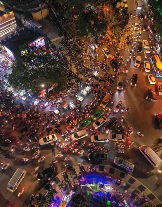 Những hình ảnh cho thấy Đà Lạt là điểm du lịch nóng nhất kỳ nghỉ lễ vừa rồi: Nhìn đâu cũng đông nghịt và tắc cứng  - Ảnh 2.