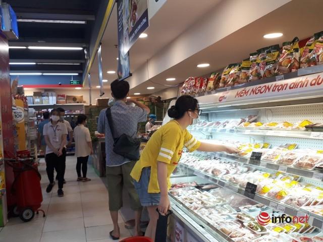 Hà Nội: Dân đổ xô về quê, đi chơi ngày lễ, siêu thị vắng khách, chợ ế hàng - Ảnh 12.