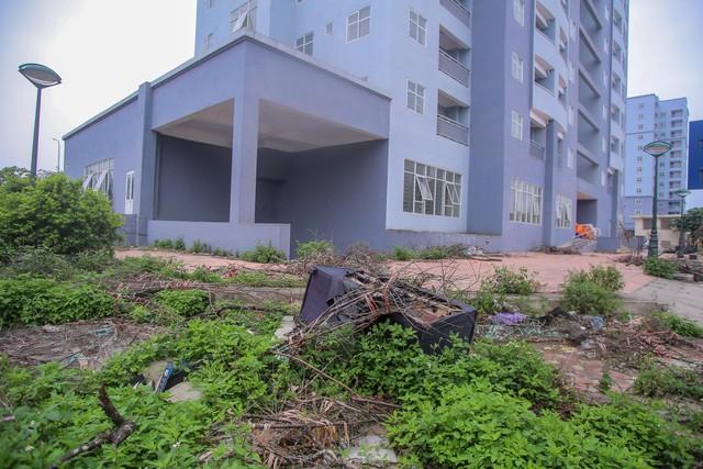 Khu chung cư tọa lạc vị trí đắc địa ở Hà Nội thành nơi tập kết rác  - Ảnh 4.