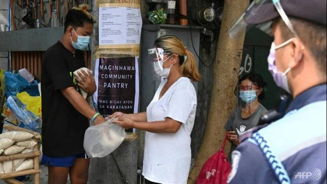 Quốc gia Đông Nam Á gồng mình chống COVID-19: Người dân xếp hàng từ 5h sáng để lấy thực phẩm miễn phí - Ảnh 3.
