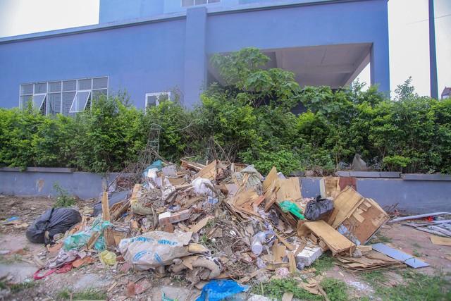 Khu chung cư tọa lạc vị trí đắc địa ở Hà Nội thành nơi tập kết rác  - Ảnh 5.