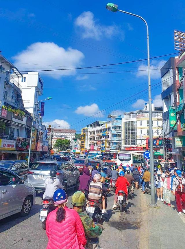 Những hình ảnh cho thấy Đà Lạt là điểm du lịch nóng nhất kỳ nghỉ lễ vừa rồi: Nhìn đâu cũng đông nghịt và tắc cứng  - Ảnh 5.