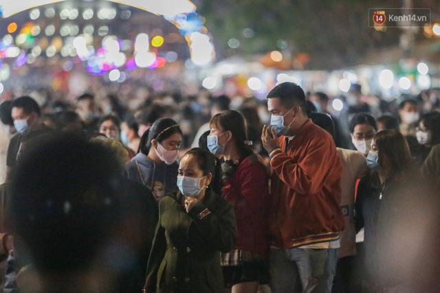 Ảnh: Rừng người tiếp tục ken đặc ở chợ đêm Đà Lạt tối 1/5, công tác phòng chống dịch Covid-19 càng vất vả - Ảnh 6.